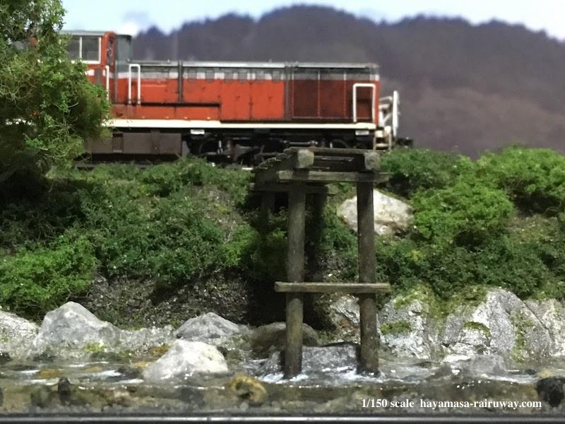 里川沿いを走るDE-10