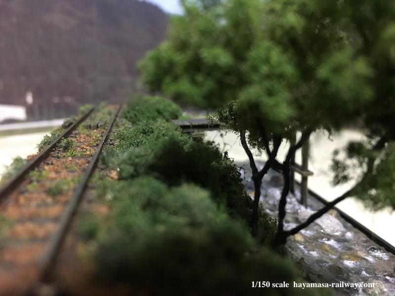 線路から眼下の里川を望む