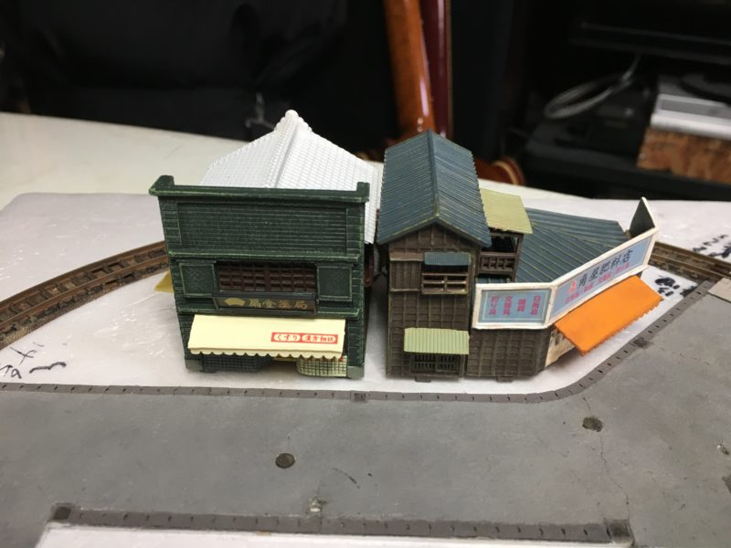 薬屋と角の雑貨屋