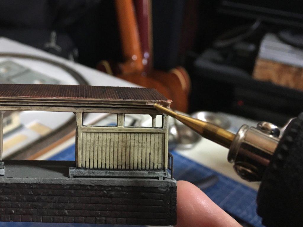 ホーム屋根の修正1