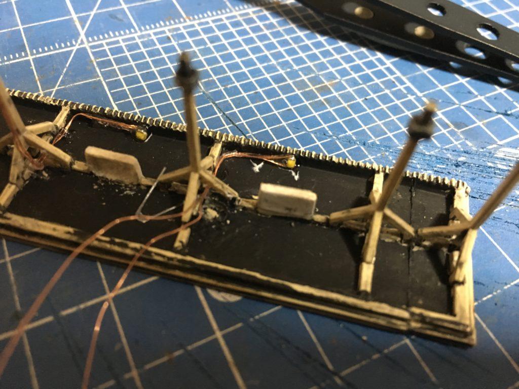 ホーム屋根にチップLEDを固定