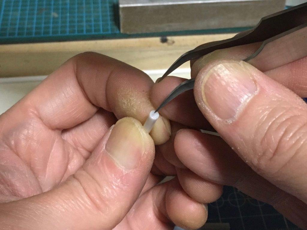 ピンセットの先で穴の表現