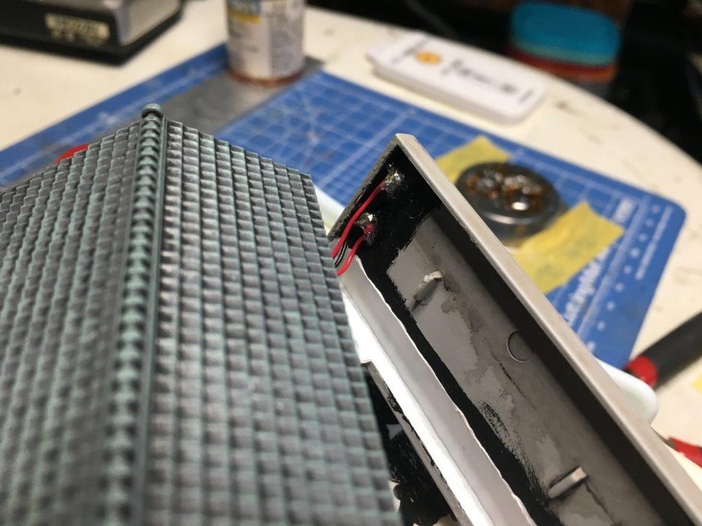 取り付け穴にチップLE Dを貼る