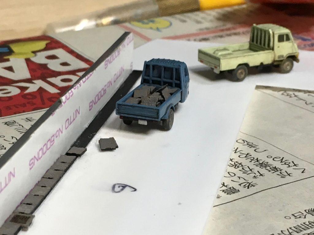 側溝の蓋を運ぶトラック
